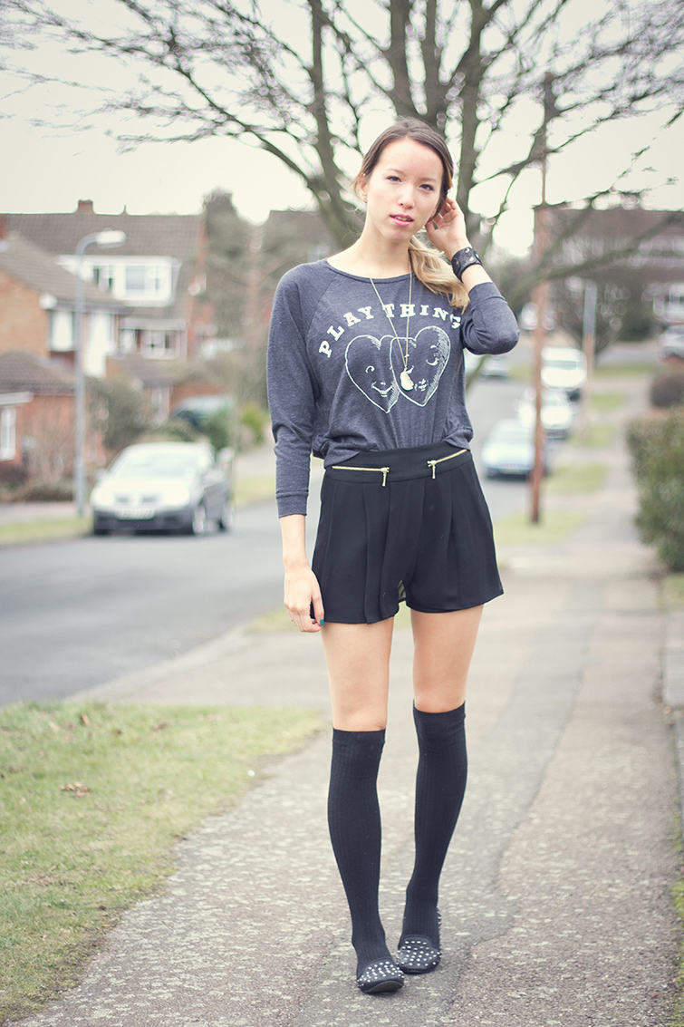 Sweatshirt, culottes, knee-high socks, spiked shoes