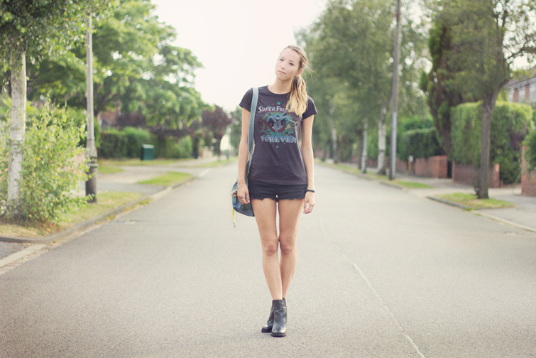 Casual outfit - t shirt, shorts and boots