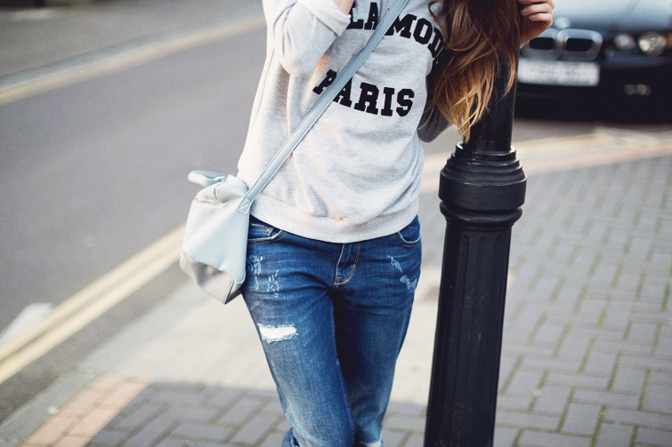 Grey sweatshirt, boyfriend jeans and pastel satchel